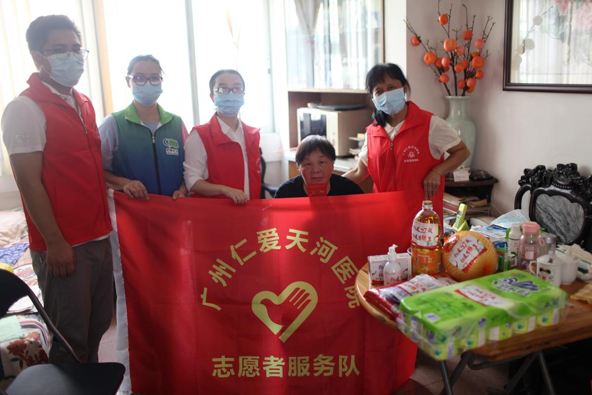 中秋送温暖,广州天河南街携志愿者上门慰问困难家庭和独居长者